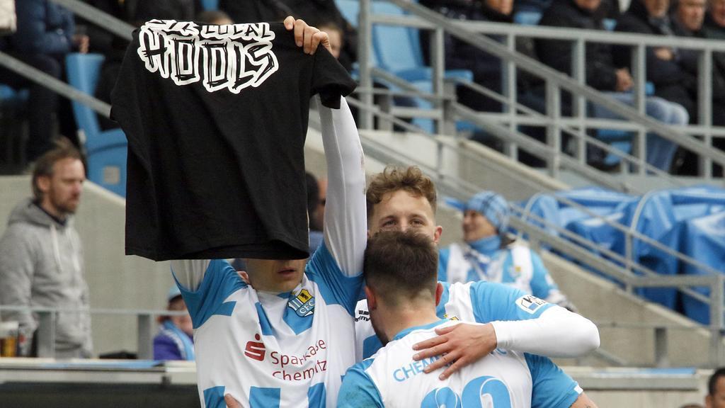 Am 9. März 2019 jubelt Frahn mit einem Hooligan-Shirt