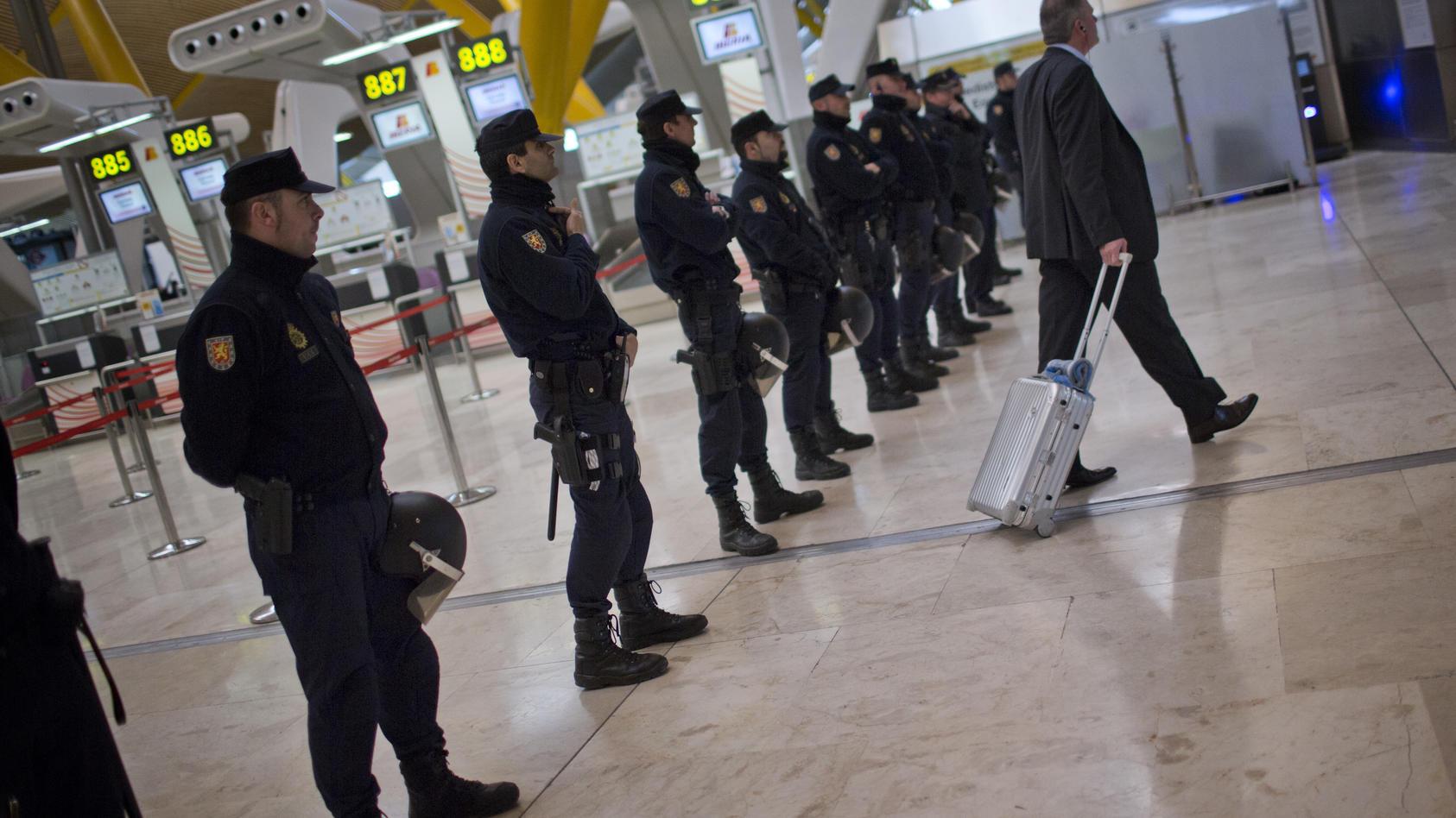 Polizei auf dem Flughafen von Madrid.