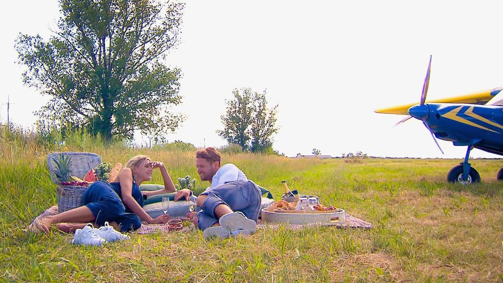 Bei einem romantischen Picknick können Gerda und Florian sich von dem Adrenalin-Kick erholen.