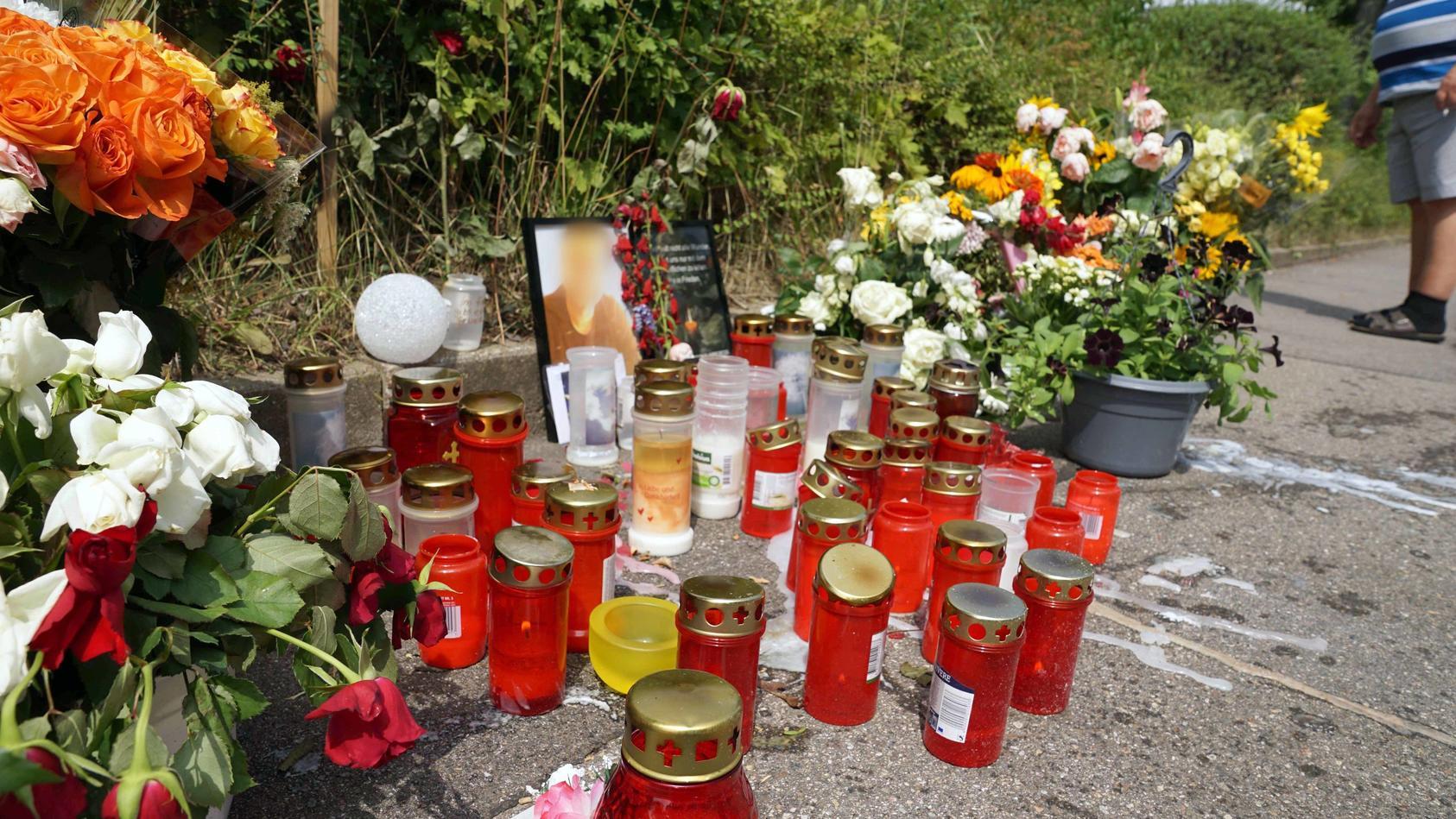 Nach Schwertattacke in Stuttgart - Blumen und Kerzen am Tatort