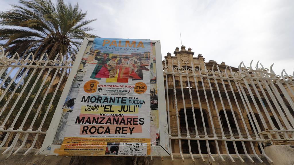 31.07.2019, Spanien, Palma: Ein Plakat wirbt für einen Stierkampf am 09. August vor der Stierkampfarena von Palma de Mallorca. Nach zwei Jahren ohne Stierkämpfe sollen am 09.08.2019 erstmals wieder Stiere im Coliseo Balear auf Mallorca getötet werden