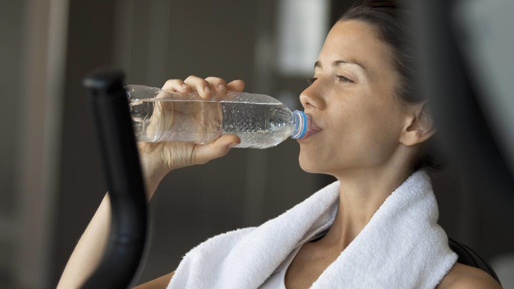 Woman drinking water in health club PUBLICATIONxINxGERxSUIxAUTxONLY Copyright: AlexVentura B69169327