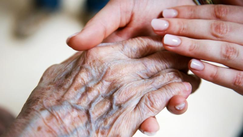 Wer für einen Angehörigen den passenden Pflegedienst sucht, bekommt Unterstützung von den Pflegestützpunkten oder der Pflegekasse. Foto: Christophe Gateau/dpa