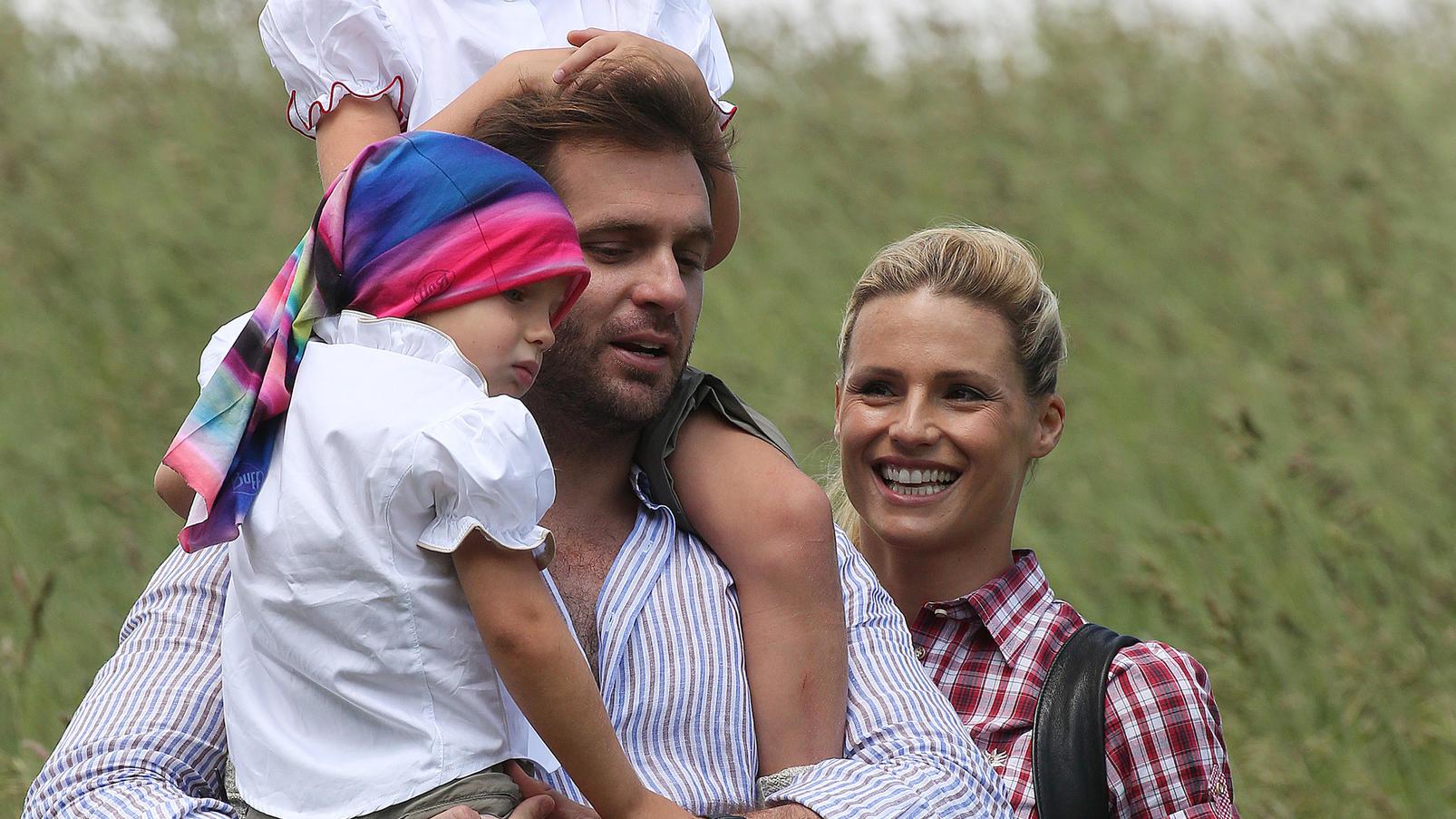 Michelle Hunziker ist mit ihrem Mann Tomaso Trussardi und ihren Töchtern in den Bergen von San Cassiano unterwegs.