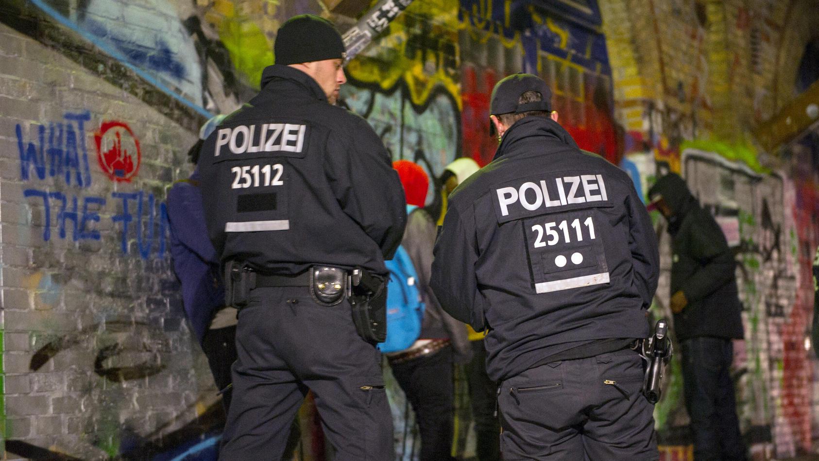 Polizisten kontrollieren Personen im Görlitzer Park in Berlin.