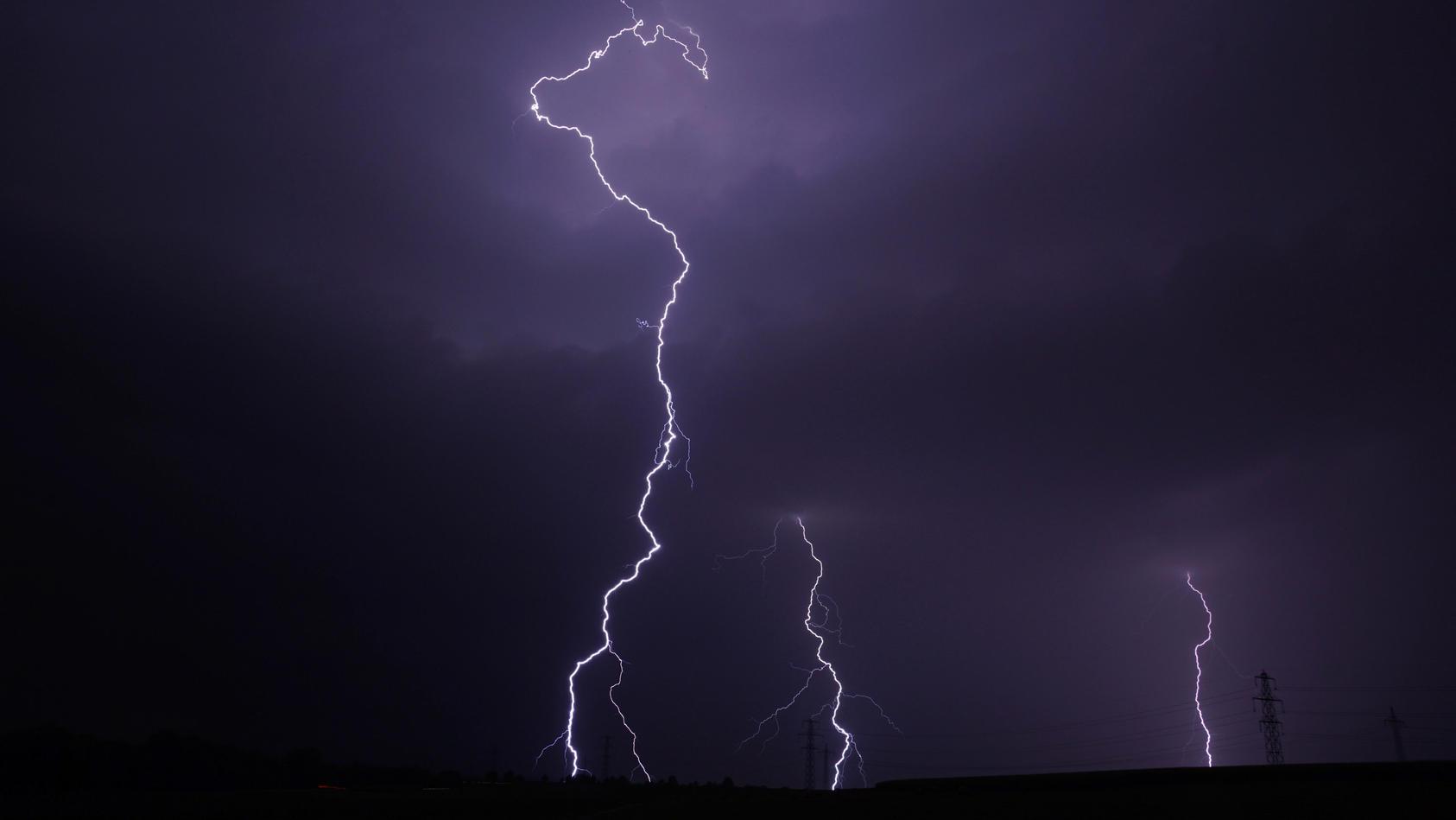 In Berumbur in Niedersachsen ist ein Blitz in drei Häuser gleichzeitig eingeschlagen. (Foto: Motivbild)