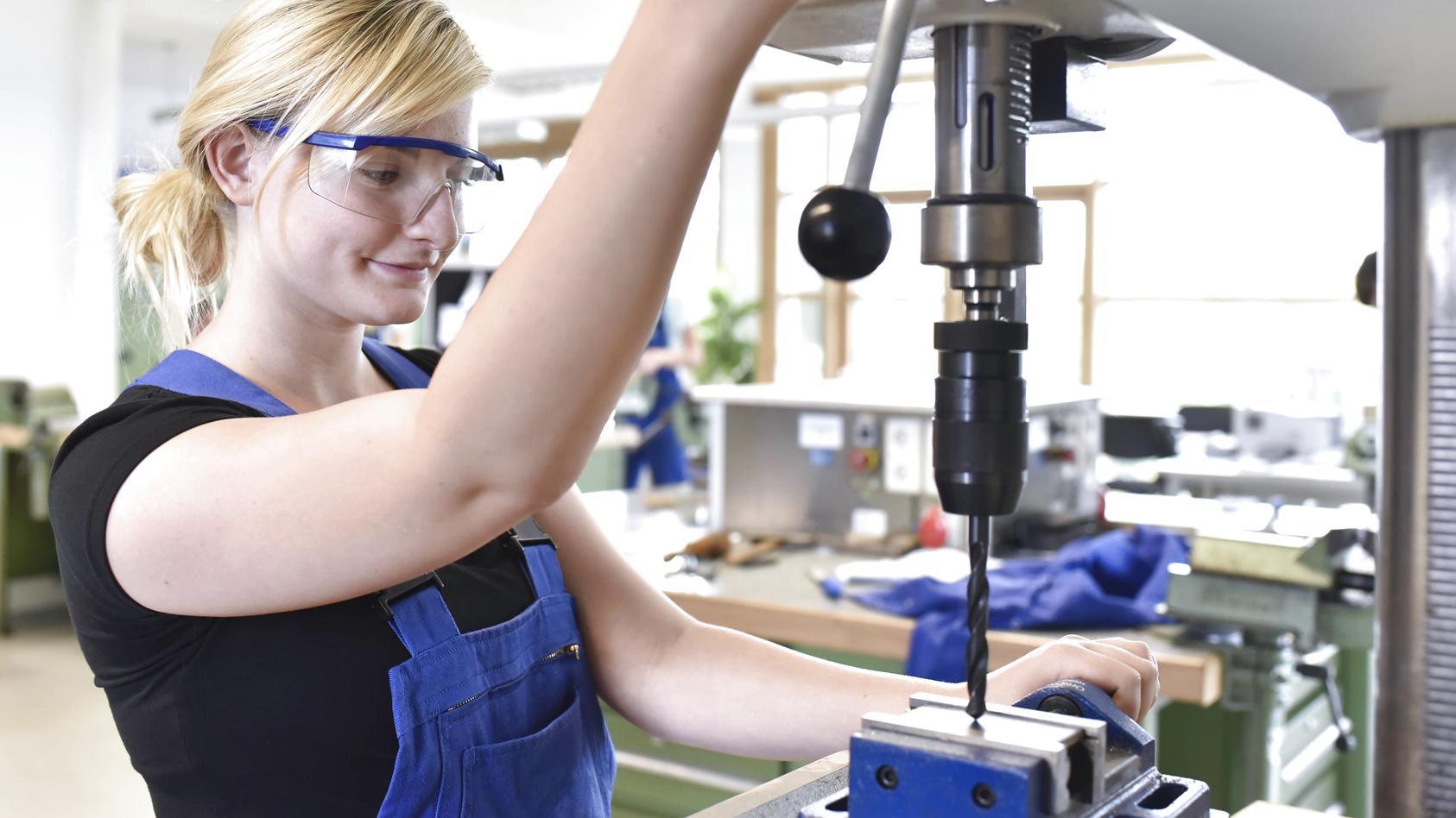 Mehr Mädchen wählen mittlerweile Berufe, die vor allem bei Jungs beliebt sind.