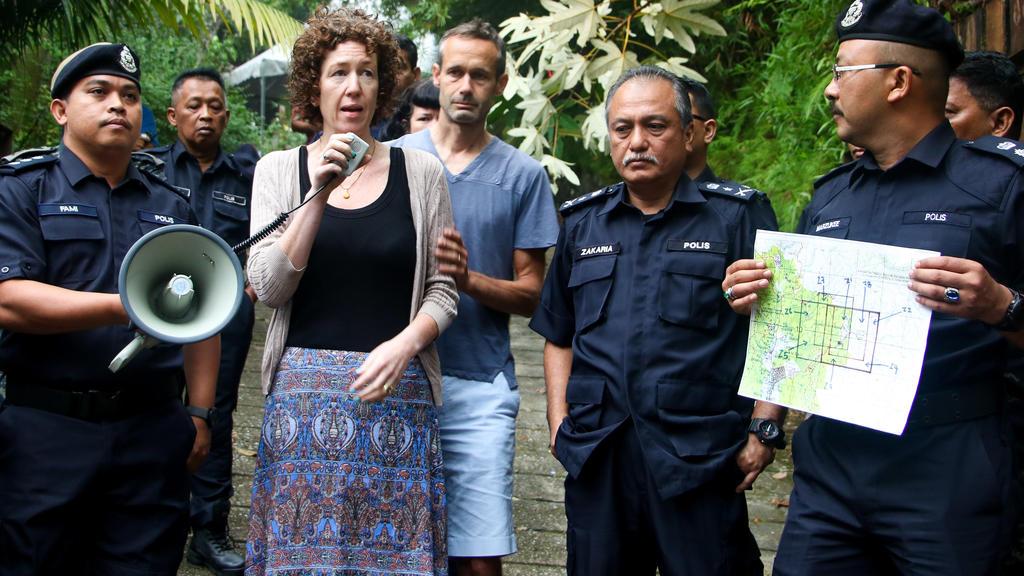 10.08.2019, Malaysia, Kuala Lumpur: Meabh Quoirin und Sebastien Quoirin (beide M), die Eltern der im Dschungel von Malaysia vermissten Nora, geben neben dem stellvertretender SAC Polizeichef Che Zakaria Othman ein Statement. Die seit mehr als einer W