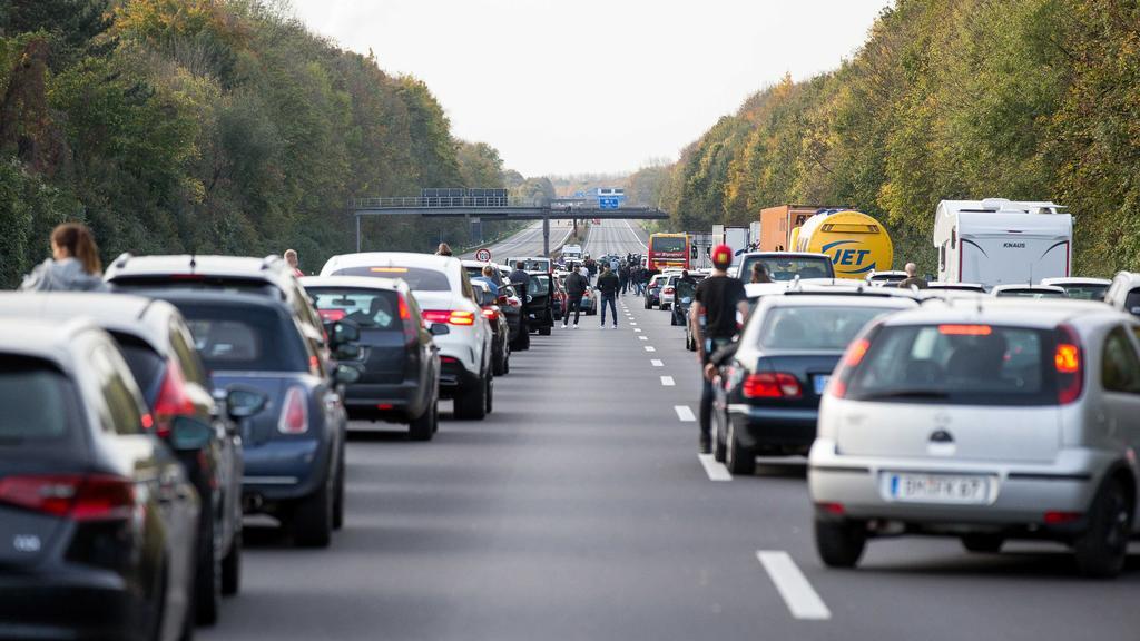 Stau auf einer Autobahn wegen Vollsperrung, Symbolfoto *** Jammed on a Highway due Vollsperrung Symbolic image Copyright: xBenjaminxHorn/xEibner-Pressefotox EP_bhorn