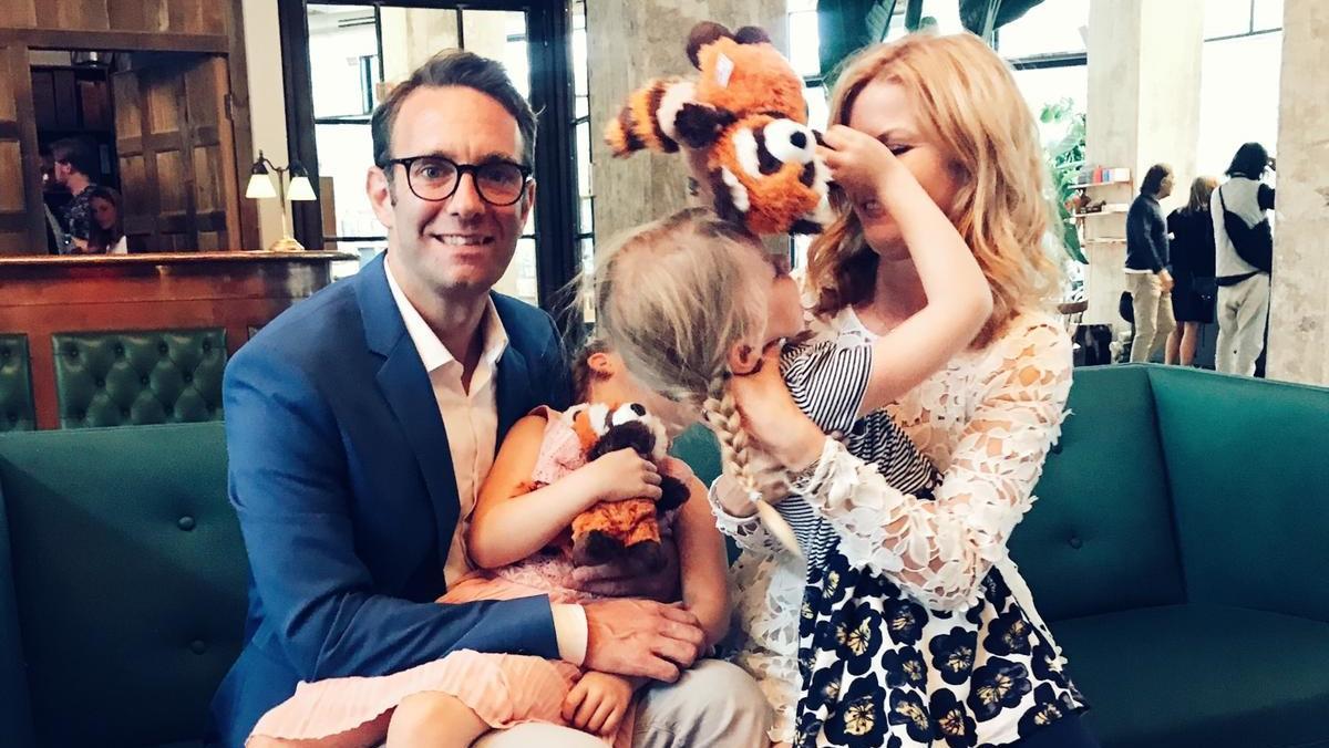 Eva und Peter Imhof mit ihren zwillingstöchtern am Tag der Einschulung.