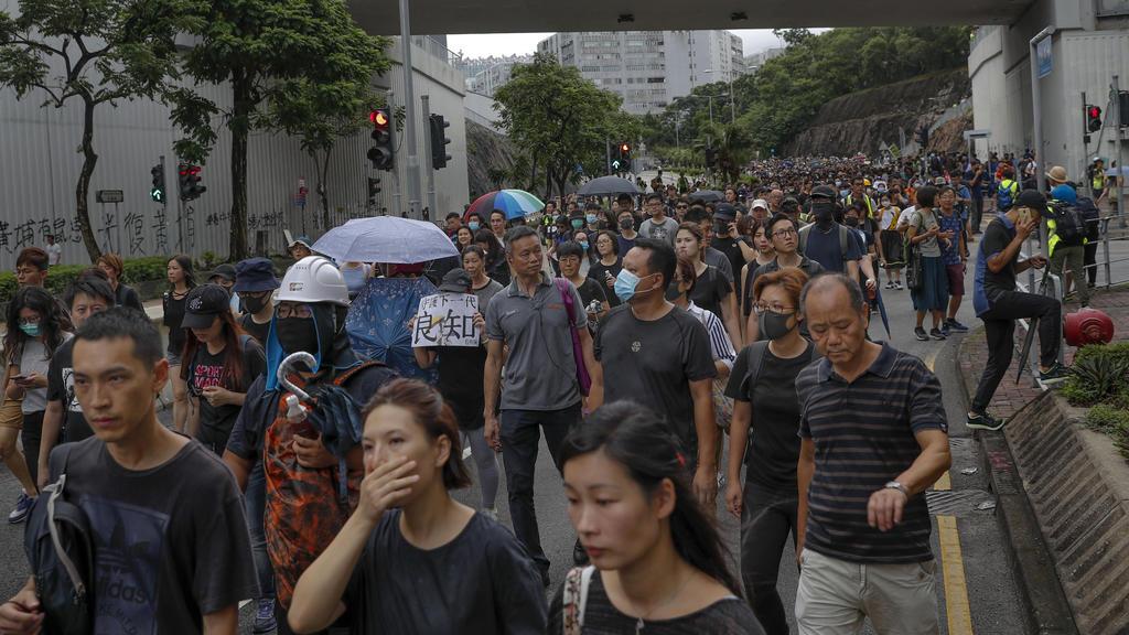 17.08.2019, China, Hongkong: Demonstranten nehmen an einem Marsch teil, der von einer prodemokratischen Gruppe organisiert wird. Mit einer Kundgebung für Freiheit und Demokratie hat am Samstag in Hongkong ein neues Protest-Wochenende begonnen. An der