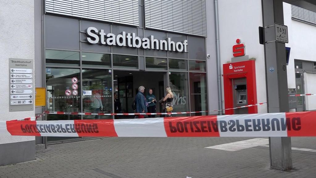 17.08.2019, Nordrhein-Westfalen, Iserlohn: Mit Polizeiband ist der Zugang zum Stadtbahnhof gesperrt. Bei einem Messerangriff am Bahnhof sind zwei Menschen ums Leben gekommen. Nach ersten Erkenntnissen gingen die Ermittler von einer Beziehungstat aus.