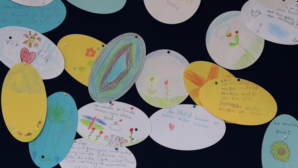 Kinder malten Bilder für den Achtjährigen und klebten sie an eine Gebetswand.