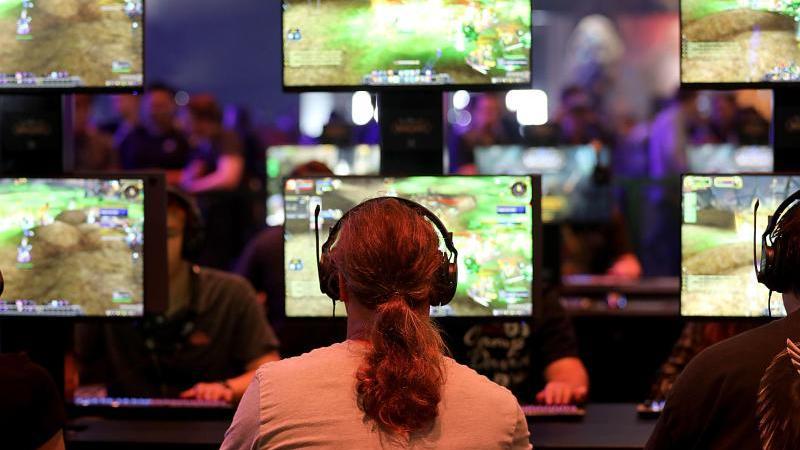 """Die Gamescom brummt - und wächst. Unter dem Motto """"Gemeinsam sind wir Games"""" rücken die Veranstalter in diesem Jahr einmal mehr die Community in den Mittelpunkt. Foto: Oliver Berg/Archiv"""