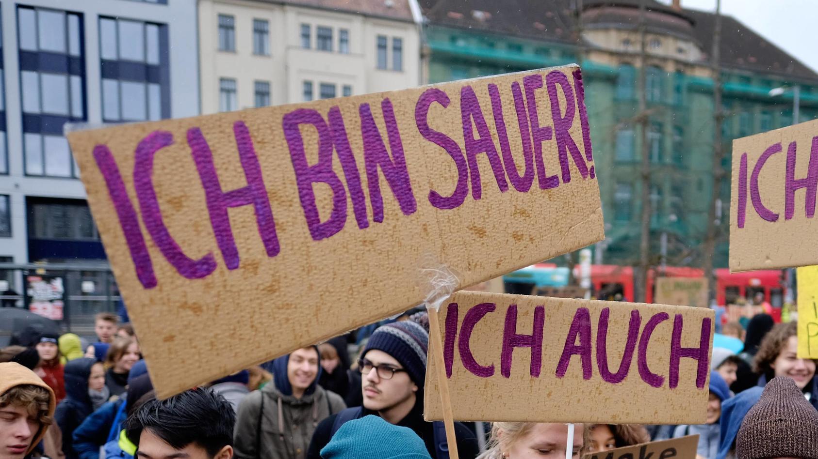 Fridays For Future mit einem Schülerstreik und einer Demonstration fordern Schüler und Schülerinn