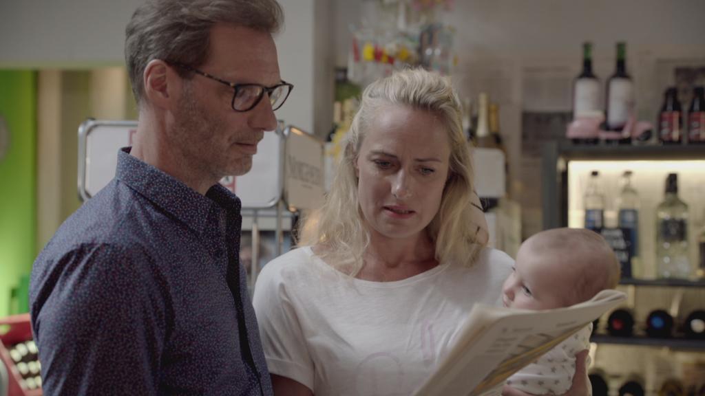 GZSZ: Alex und Maren erfahren von Jans Tod aus der Zeitung.