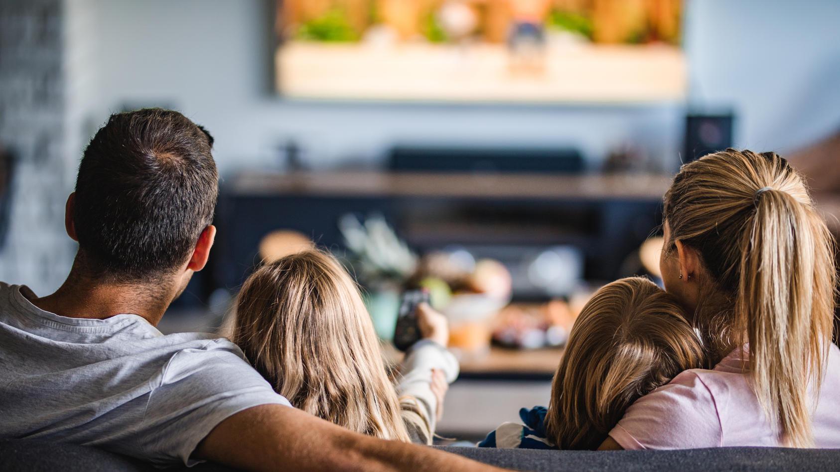 Nicht alles, was Eltern im Fernsehen konsumieren, sollten Kinder ungefiltert mit ansehen.
