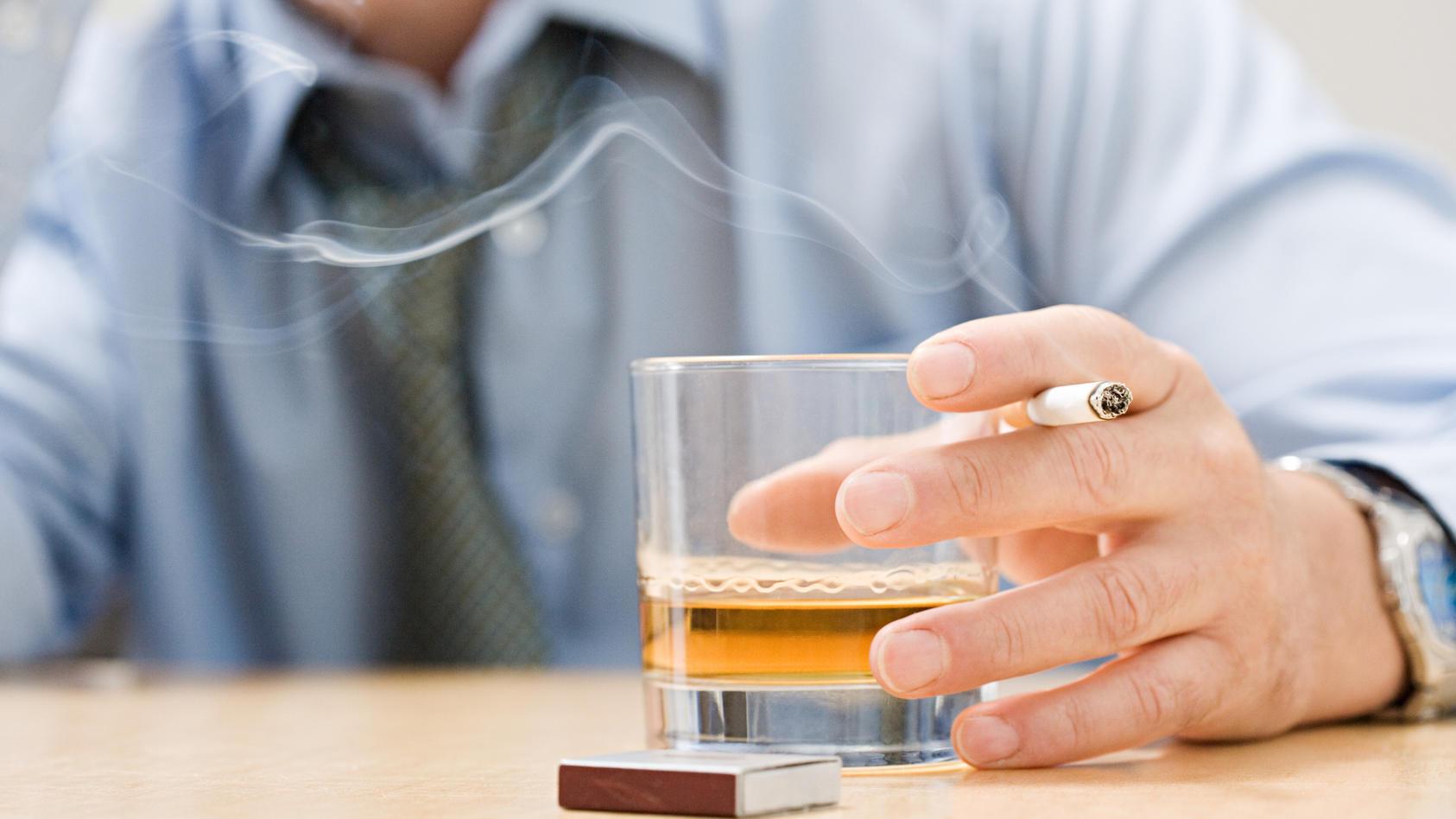 Wer viel Alkohol konsumiert und raucht, sollte
