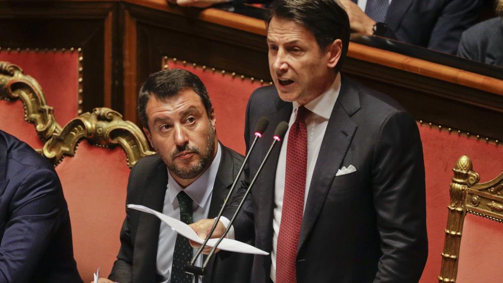 20.08.2019, Italien, Rom: GiuseppeConte (r), Ministerpräsident von Italien, hält eine Rede in derAbgeordnetenkammer. Neben ihm sitzt der stellvertretende Ministerpräsident von Italien und Mitglied der Lega,Matteo Salvini.