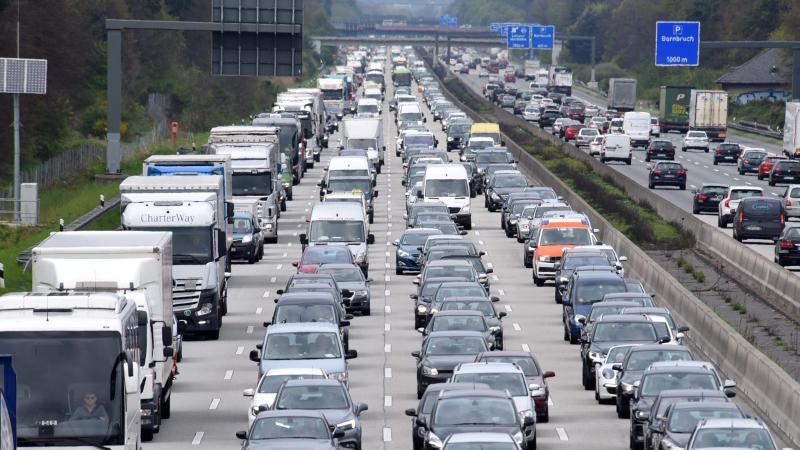 Am Wochenende kehren viele aus den Sommerferien zurück. Auf den Autobahnen wird es daher richtig voll. Foto: Jürgen Mahnke/Illustration