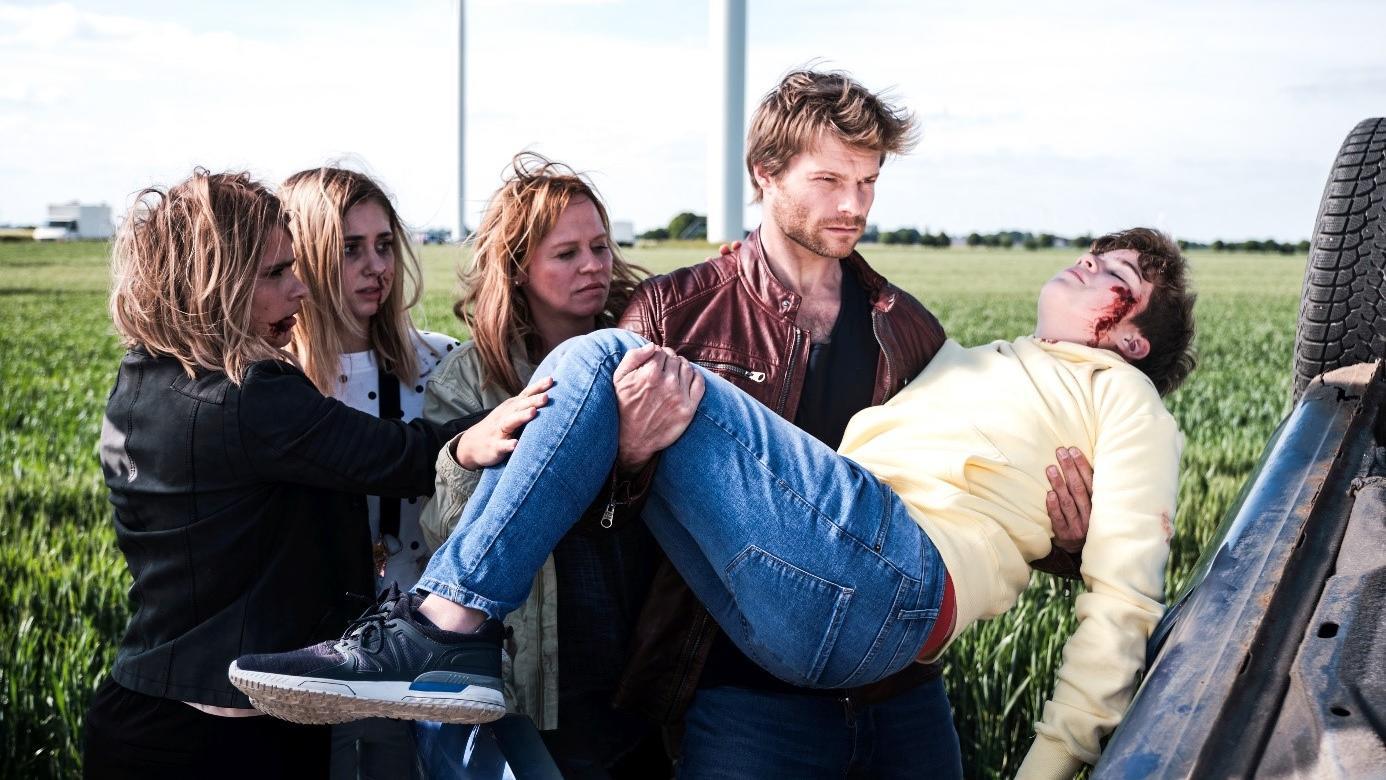 Robert Gerlach (Felix Maximilian, 2.v.r.), Kathi Bender (Mandy Neidig, 3.v.l.), Sonja Richter (Sarah Mangione, l.), Kai Bender (Alexander Vukomanovic), Marie Bender (Sarah Buchholzer)
