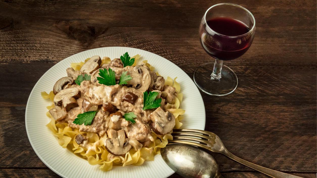 Bei einem Gläschen Wein zu Champignons hat man nichts zu befürchten. Andere Pilzarten sollten jedoch nicht mit Alkohol kombiniert werden.