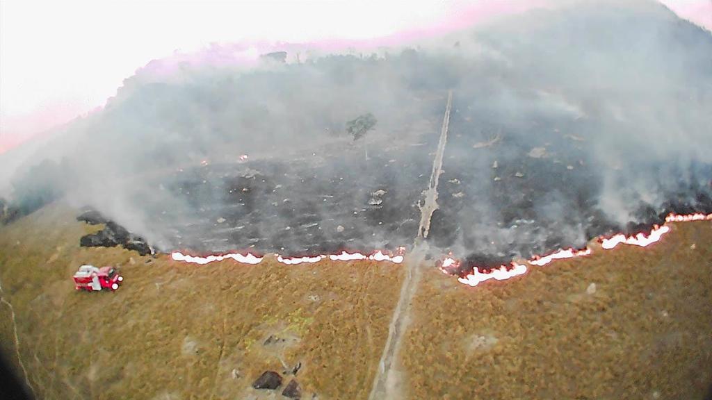 Brasilien, Mato Grosso: Auf diesem von der Feuerwehr zur Verfügung gestellten Bild steigen Rauchwolken aus den Feldern auf, während Löscharbeiten durchgeführt werden. In Brasilien wüten die schwersten Waldbrände seit Jahren.