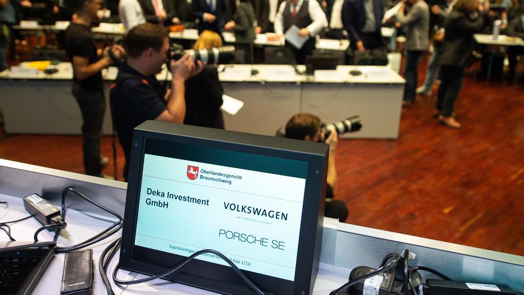 ARCHIV - 10.09.2018, Niedersachsen, Braunschweig: Rechtsanwälte und Journalisten stehen zum Prozessauftakt im Oberlandesgericht Braunschweig. In einer mündlichen Verhandlung im Kapitalanleger-Musterverfahren gegen die Volkswagen AG fordern Aktionäre