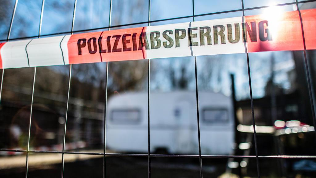 """Nordrhein-Westfalen, Lügde: Auf dem Campingplatz Eichwald, in der inzwischen eingezäunten Parzelle des mutmaßlichen Täters, hängt vor dem versiegelten Campingwagen eine Banderole mit der Aufschrift: """"Polizeiabsperrung""""."""