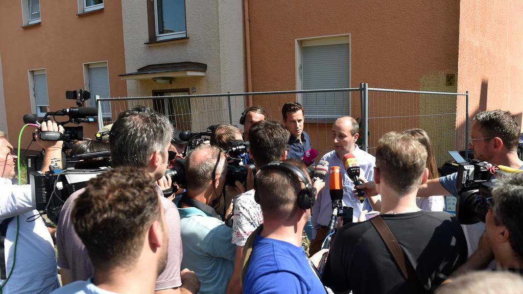 Christoph Hüsken, Pressesprecher der Stadt Herne spricht vor einem Mehrfamilienhaus mit Journalisten. Eine giftige Kobra ist am Sonntag einem Schlangenhalter in Herne entwischt. Vier Reihenhäuser wurden daraufh