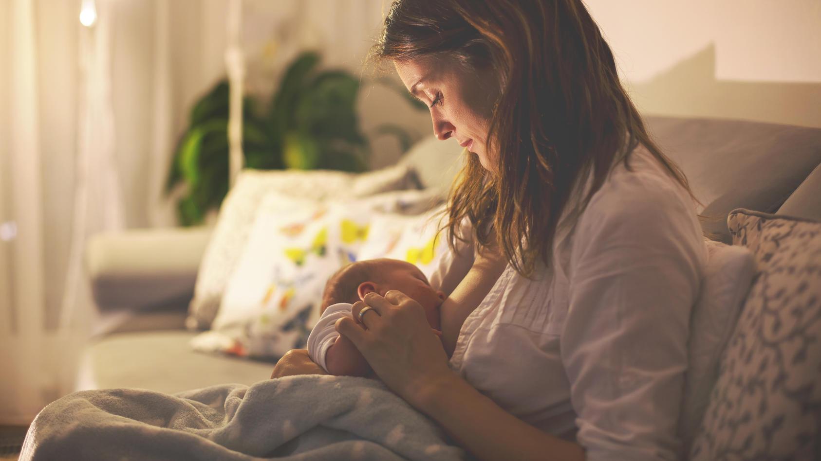 Stundenlang will das Baby immer wieder an die Brust? Das nennt man Clusterfeeding!