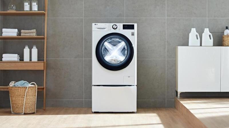 Mit Hilfe einer Datenbank kann die neue LG-Waschmaschine die Menge der geladenen Wäsche sowie deren Gewebe analysieren und Waschmuster automatisch darauf anpassen. Foto: LG/dpa-tmn