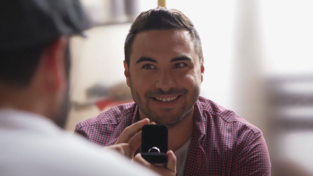 Unter uns: Easy zeigt Paco den Verlobungsring.