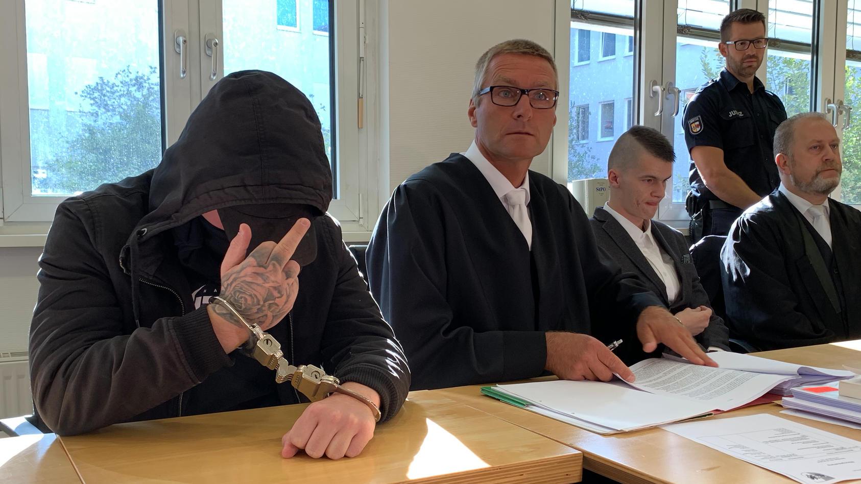 Prozess um Tod von Maria - hier: Angeklagter Nicolas K. (links mit Stinkefinger) und Niko G. (rechts) im Gericht