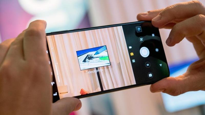 Das Motorola One Zoom von Lenovo soll Kunden vor allem mit der Kamera und seinem OLED-Display begeistern. Foto: Zacharie Scheurer/dpa-tmn