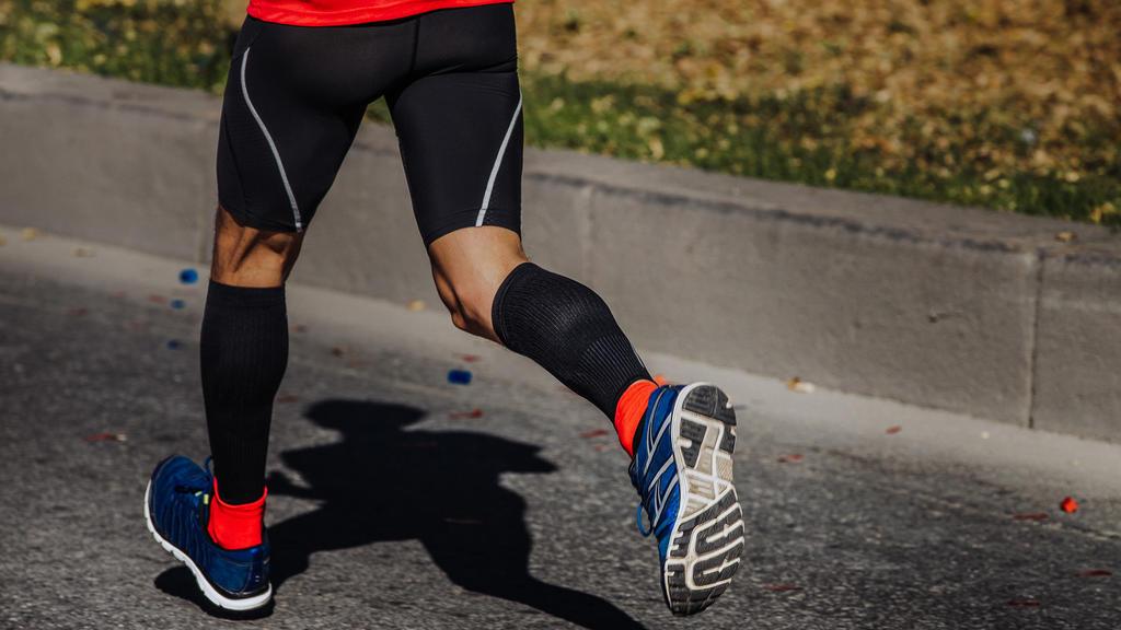 Lange Socken oder Strümpfe sind im Herbst ideal