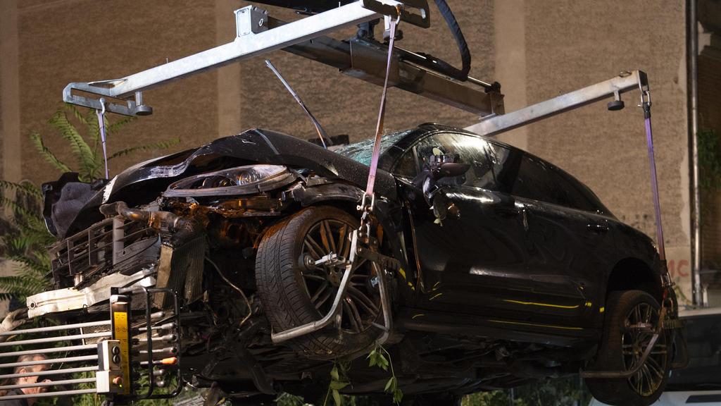 Der zerstörte SUV wird abtransportiert. Am Freitag waren vier Menschen bei dem Unfall gestorben.