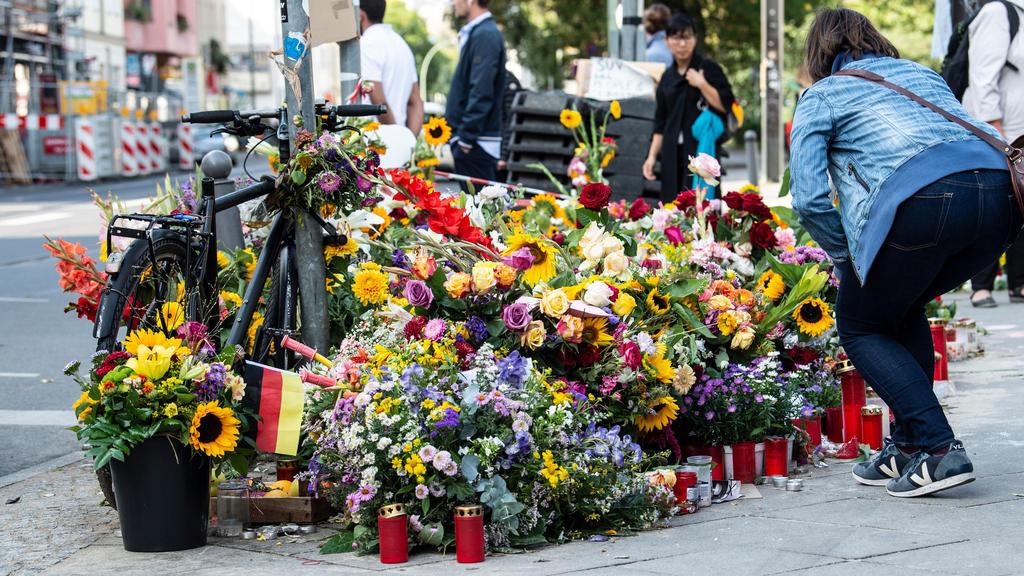 Blumen und Kerzen liegen an der Kreuzung, an der vier Menschen bei einem Verkehrsunfall gestorben sind. Ein Auto war an der Ecke Invalidenstraße und Ackerstraße auf einen Gehweg gefahren, auf dem Passanten unterwegs waren.