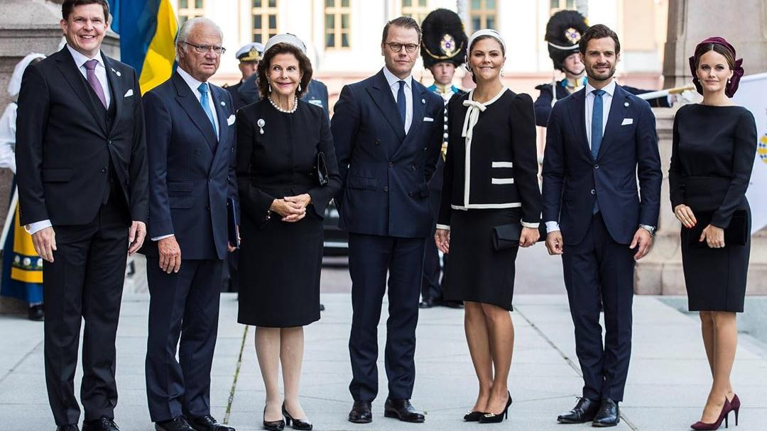 V.l.n.r.: Reichstagspräsident von Schweden Andreas Norlén empfängt König Carl XVI. Gustaf und Königin Silivia, Prinz Daniel und Kronprinzessin Victoria sowie Prinz Carl Philip und Prinzessin Sofia.