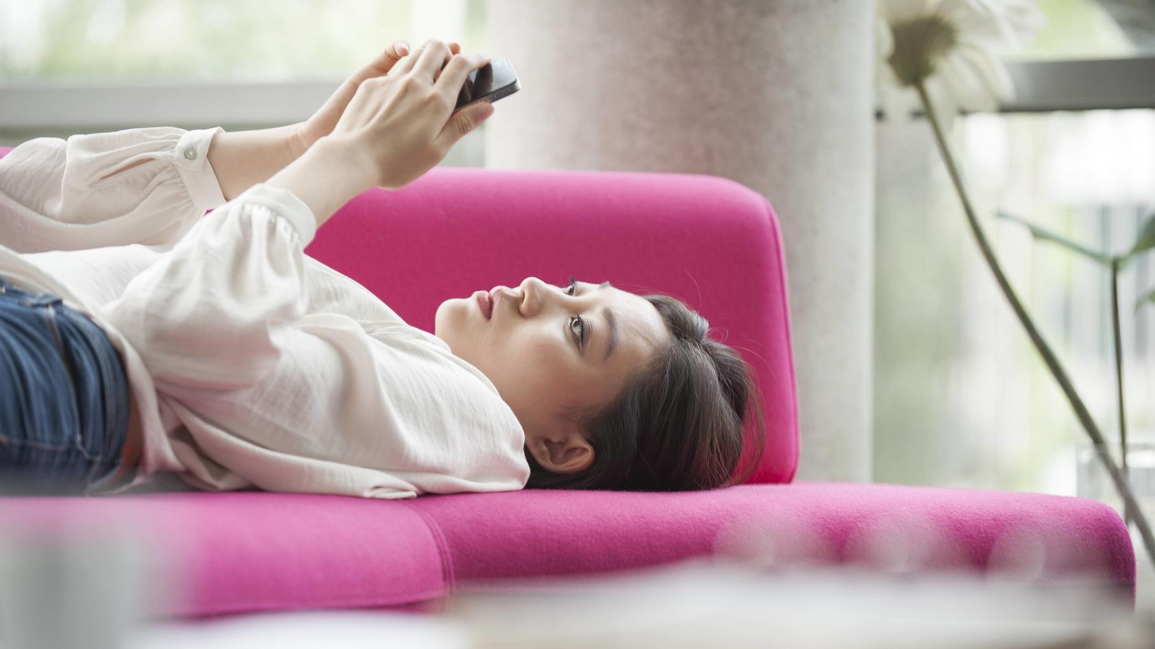 Eigentlich will man seine Freizeit anders verbringen, bleibt dann aber doch am Smartphone hängen.
