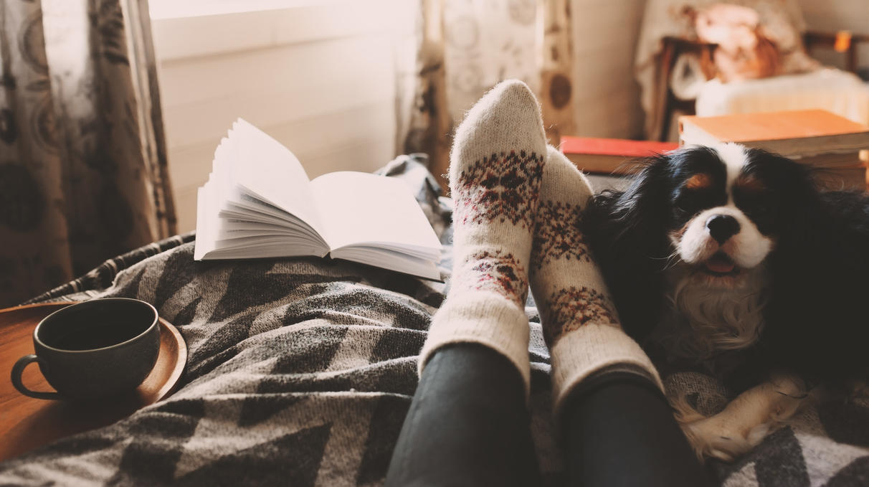 Eine Tasse Kakao, ein gutes Buch und kuschelige Socken - so ist es richtig gemütlich!