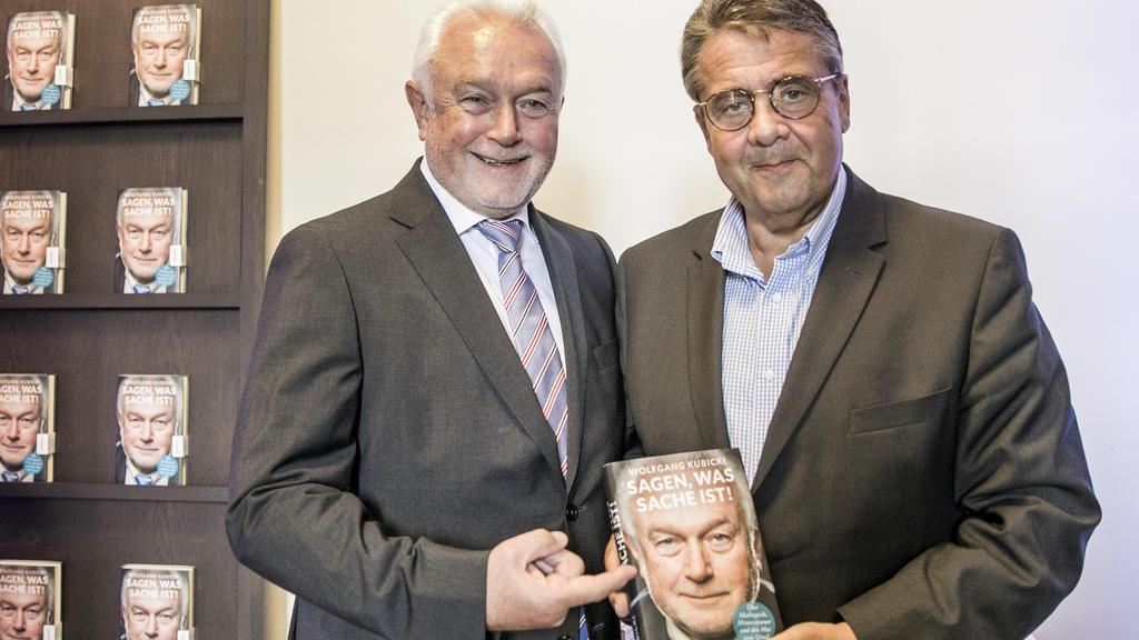"""04.09.2019, Berlin: Siegmar Gabriel (r) hält das ein Exemplar des Buches mit dem Titel """"Sagen was Sache ist!"""" von Wolfang Kubicki (l), FDP- Politiker und Buchautor, in der Hand. Foto: Carsten Koall/dpa +++ dpa-Bildfunk +++"""