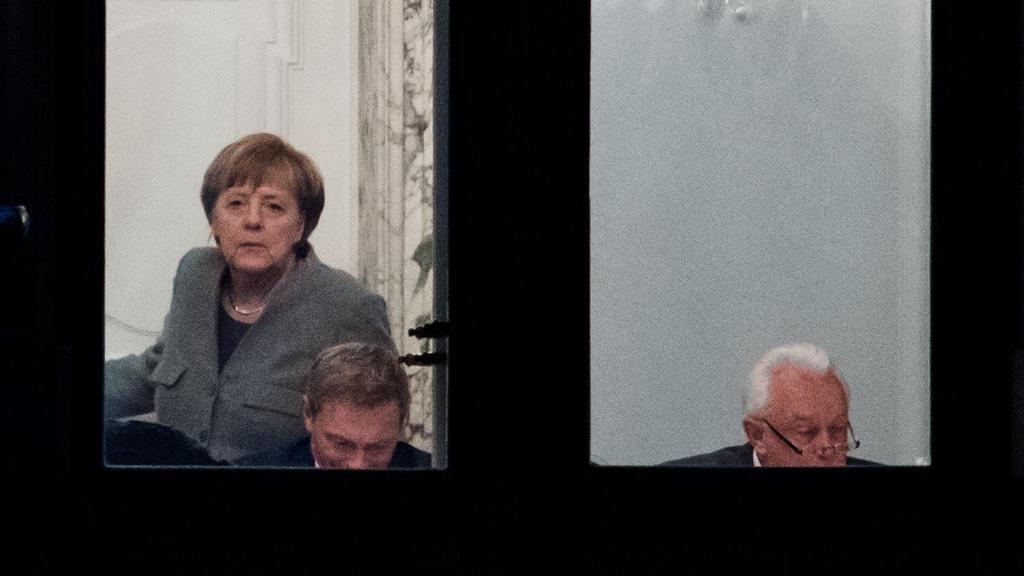 Bundeskanzlerin Angela Merkel (CDU, l-r), Christian Lindner, Bundesvorsitzender der FDP, und Wolfgang Kubicki, stellvertretender FDP-Bundesvorsitzender, beraten am 14.11.2017 bei den Sondierungsgesprächen von CDU, CSU, FDP und Bündnis 90/Die Grünen i