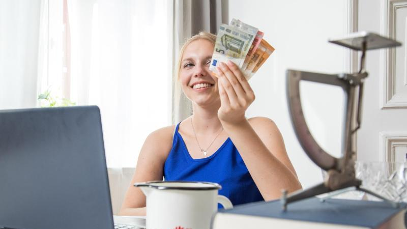 Mit einem Verkauf bei Ebay lassen sich nicht mehr benötigte Sachen zu Geld machen - wenn man es richtig anstellt. Foto: Christin Klose/dpa-tmn