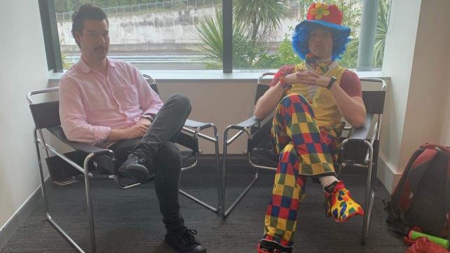 Josh Thompson brachte einen Clown mit zu seinem Kündigungsgespräch.
