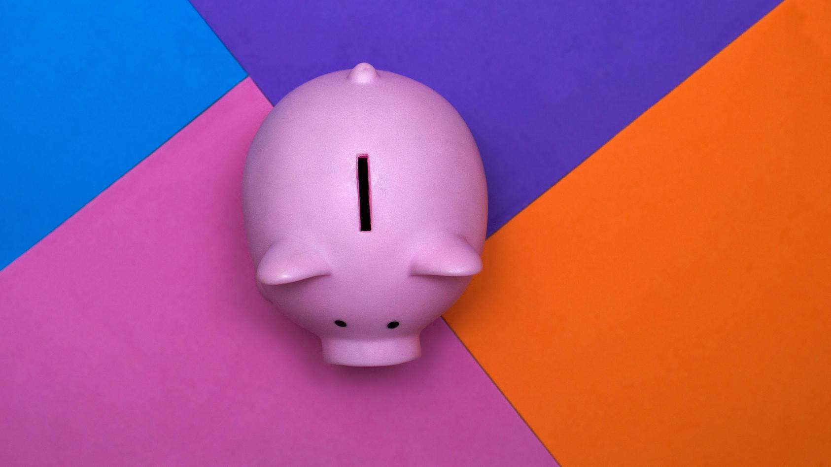 Bei der derzeitigen Zinslage kann es sogar sein, dass man beim Sparen Geld verliert. Finanztest verrät, wo man das verhindern kann.