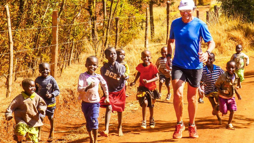 Herbert Steffny mit begeisterten Nachwuchsläufern in Kenia