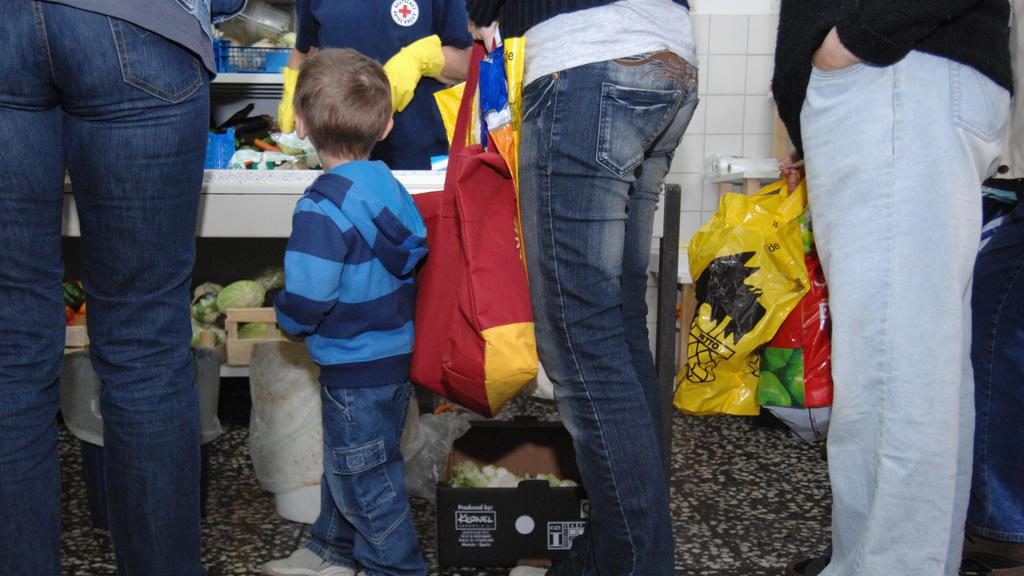 Altersarmut von morgen: Ein Kind in der Schlange einer Tafel.