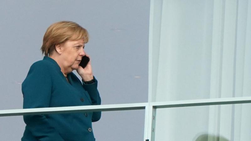 Marathonsitzung: Bundeskanzlerin Angela Merkel telefoniert auf dem Balkon des Kanzleramts. Foto: Kay Nietfeld