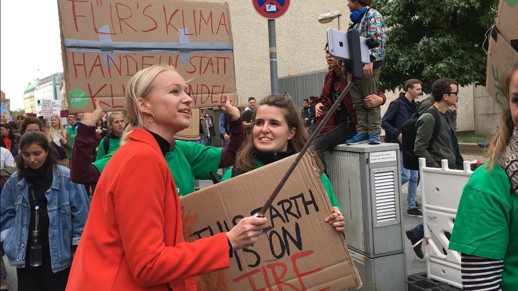 Reporterin im Gespräch mit einer Demonstrantin auf der Alle fürs Klima Demonstration
